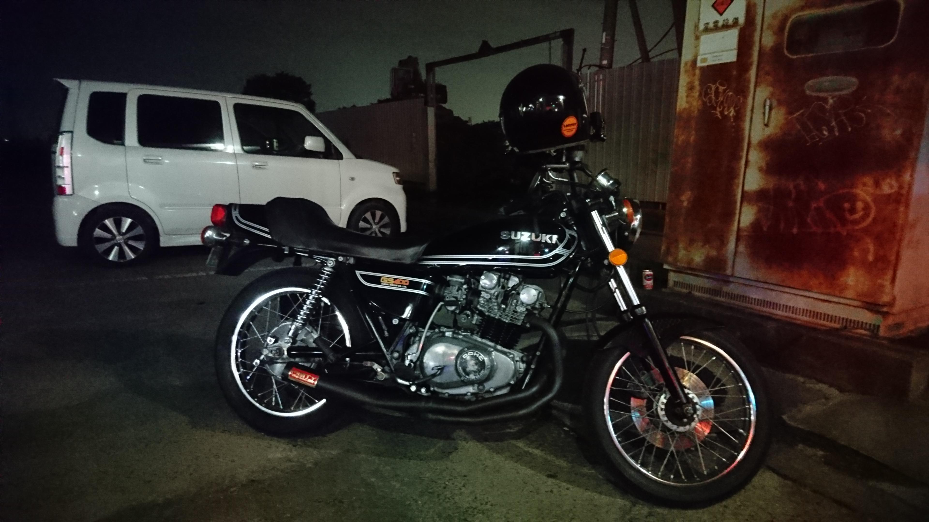 GS400とダムトラックスアキラのヘルメット