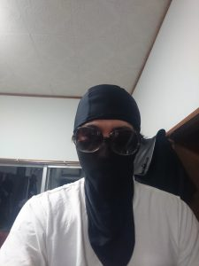 フェイスマスクをかぶった男