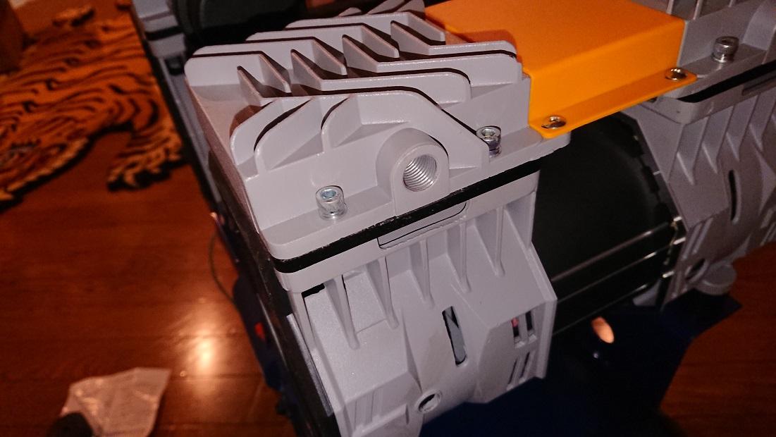 イリイのエアコンプレッサーTR-303ECエアフィルターの取り付け穴