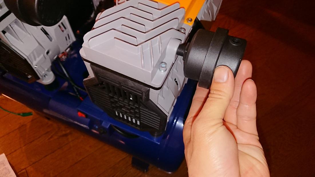 イリイのエアコンプレッサーTR-303ECにエアフィルターをねじ込む