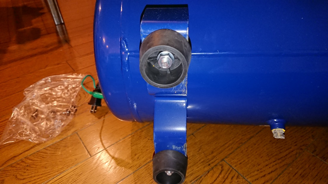 イリイのエアコンプレッサーTR-303ECのゴム脚取り付け完了