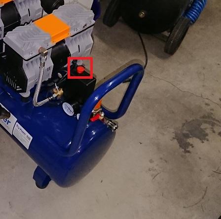 イリイのエアコンプレッサーTR-303ECの電源スイッチ
