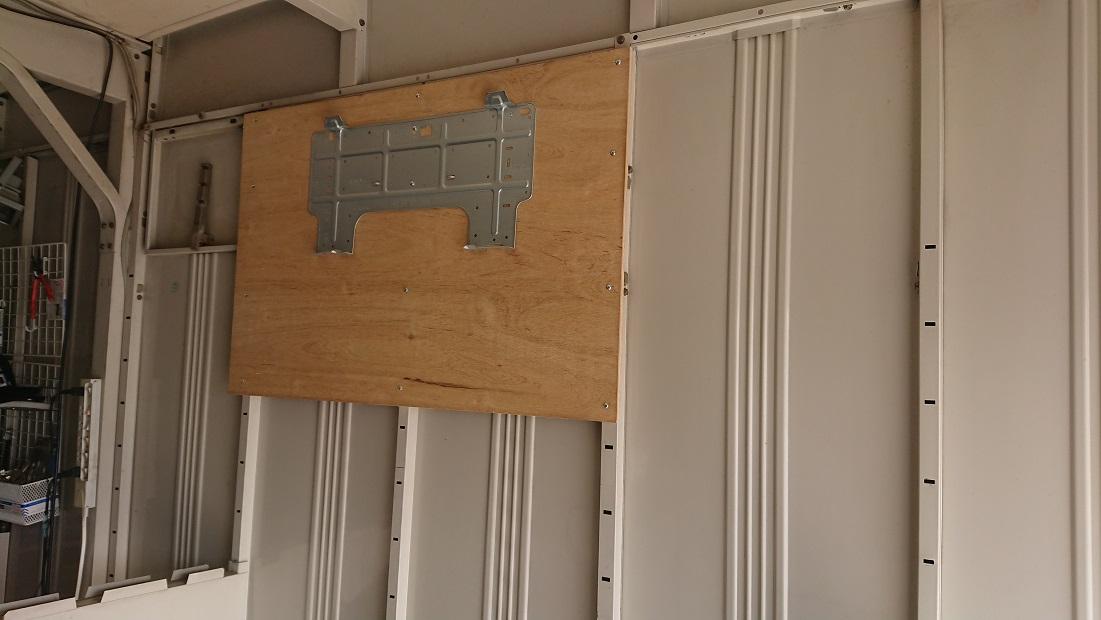 イナバガレージエアコン設置のため木枠を作成