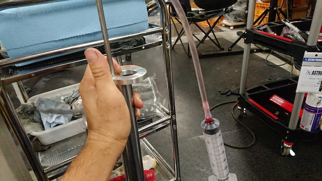 フォーク油面ゲージで油面測定